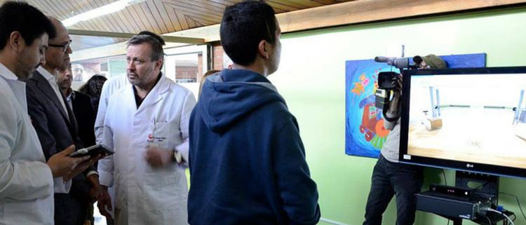 El CEO de Microsoft conoce VirtualRehab en su visita a Teleton Chile